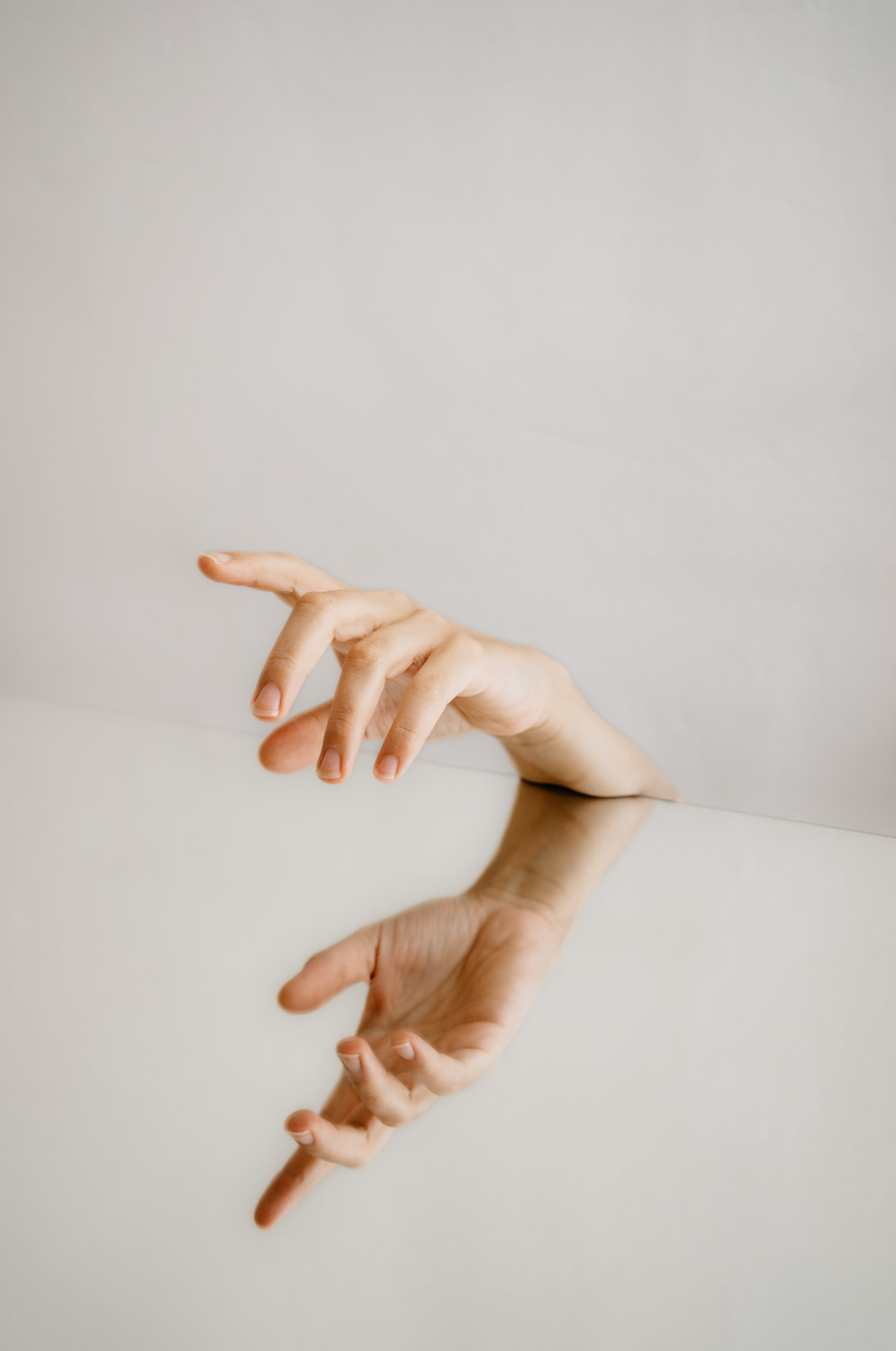Delphine Millet Fagments - Body mirror hand help vulnerable dance human condition lonely photography minimalist graphic delicate - Art conceptual photographer in Berlin