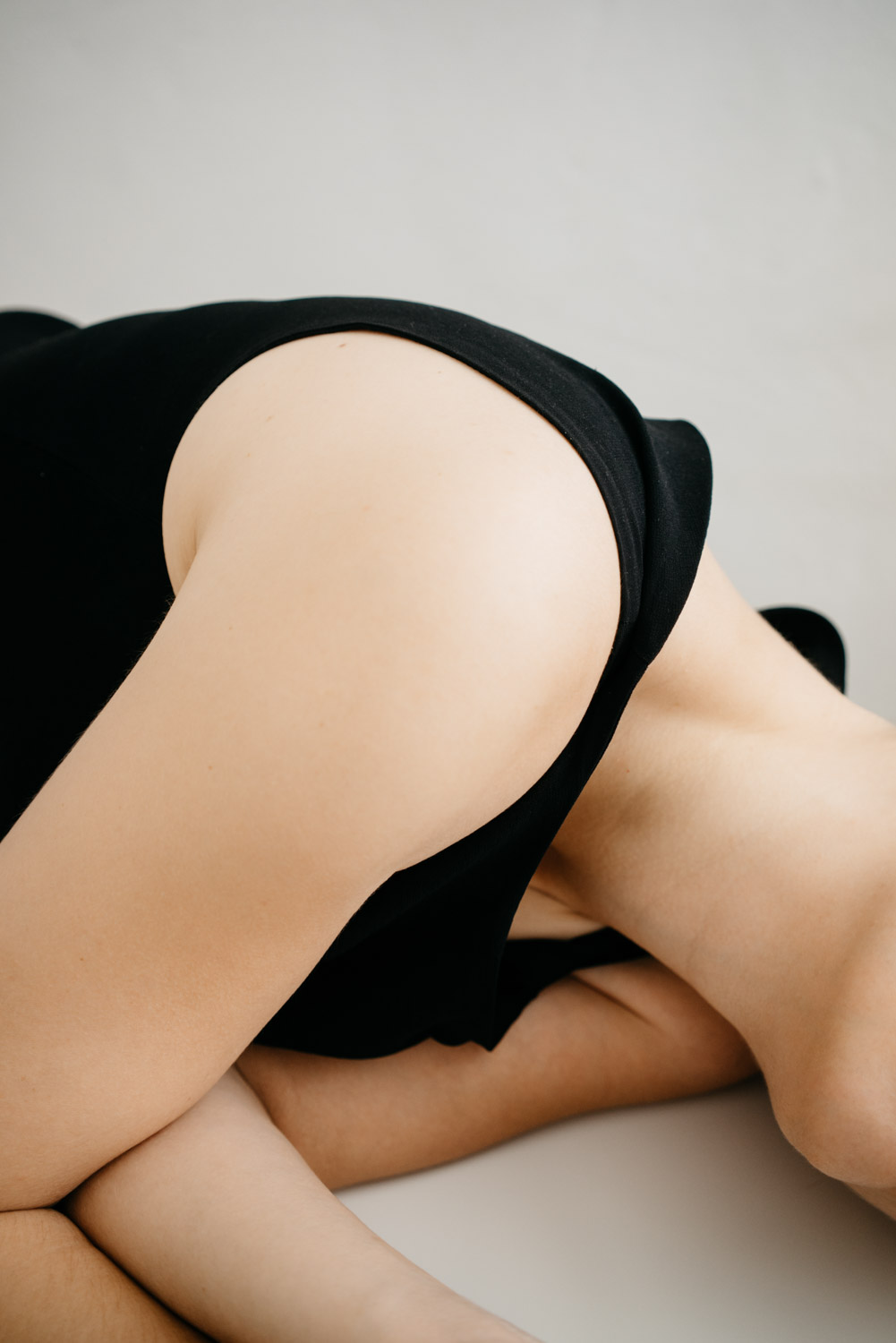 Delphine Millet Fagments - Body shoulder pain cry vulnerable dance human condition lonely photography minimalist graphic delicate - Art conceptual photographer in Berlin