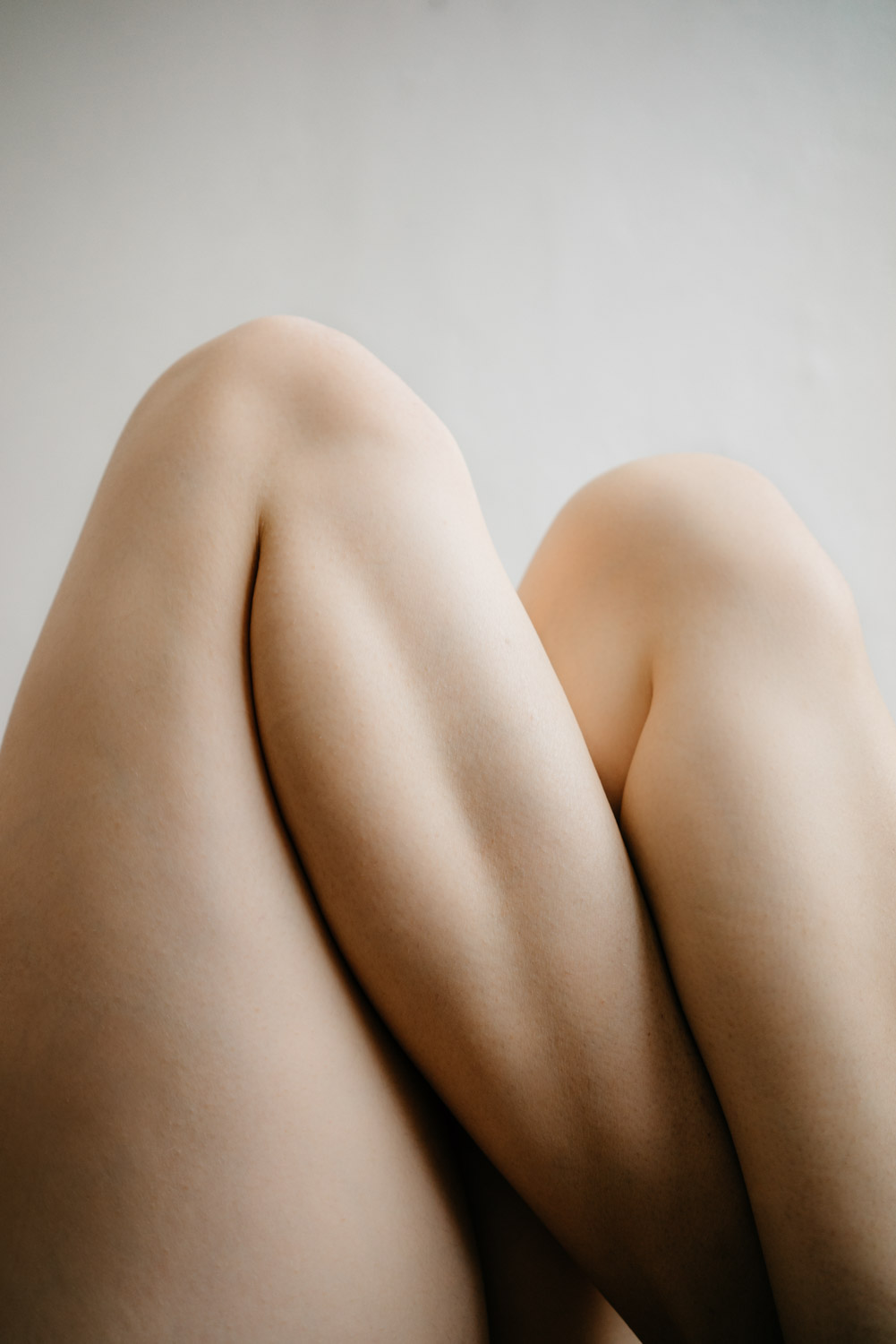 Delphine Millet Fagments - Body legs pain vulnerable dance human condition lonely photography minimalist graphic delicate - Art conceptual photographer in Berlin