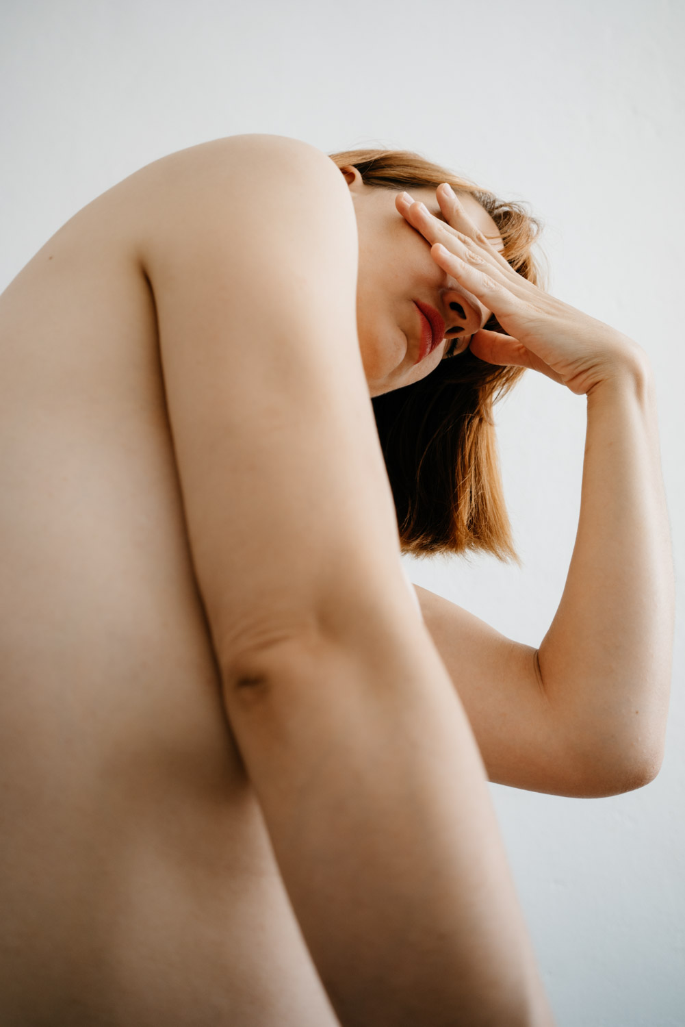 Delphine Millet Fagments - Body chest cry hands pain vulnerable dance human condition lonely photography minimalist graphic delicate - Art conceptual photographer in Berlin
