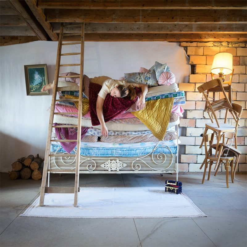 Delphine Millet La princesse au petit pois - Staged photography delicate sensitive funny humor pea princess attic mattress colorful - Art conceptual photographer in Berlin