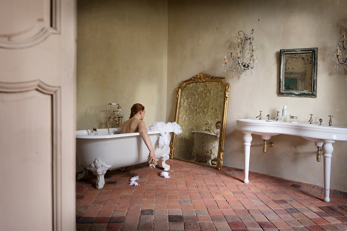 Delphine Millet Jeux d'enfants - Bath colorful alone play staged photography castle child games - Art conceptual photographer in Berlin